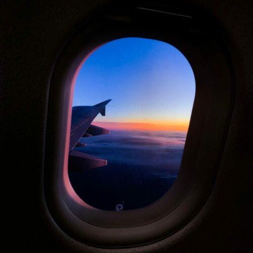 Während die Sonne untergeht, landet das Flugzeug in Santiago de Compostela.
